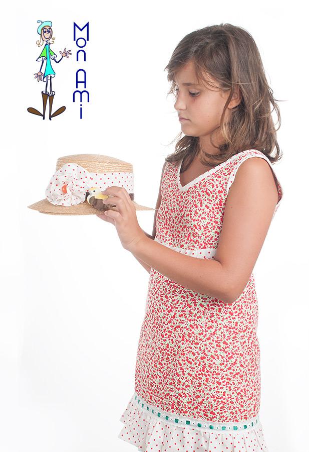 Sombrerito de paja adornado con flor de tela